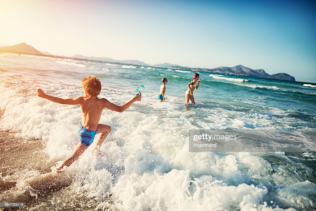 Summer vacations - kids playing at sea : Foto de stock