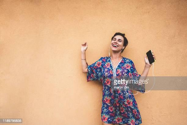 vibes d'été - gogo danseuse photos et images de collection