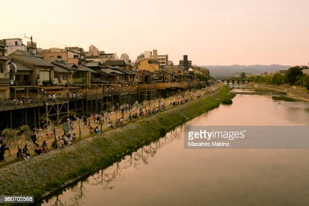 summer view of kamo river, kyoto city - fluss kamo stock-fotos und bilder