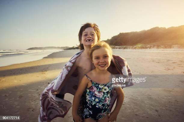 verano y eso significa que de tiempo en la playa! - personas sin dientes fotografías e imágenes de stock