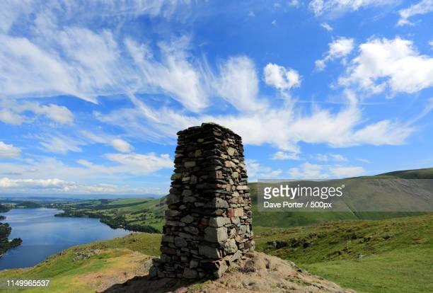 summit cairn on hallin fell, overlooking ullswater, lake distric - レイクランド ストックフォトと画像
