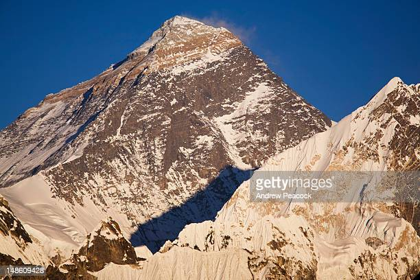 summit of mt everest from viewpoint at gokyo-ri, khumbu region. - gokyo ri ストックフォトと画像