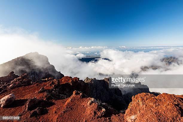 summit of the piton des neiges volcano, réunion - isla reunion fotografías e imágenes de stock