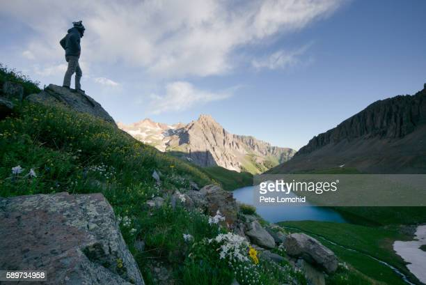 summiting the blue lake - カリフォルニアバイケイソウ ストックフォトと画像