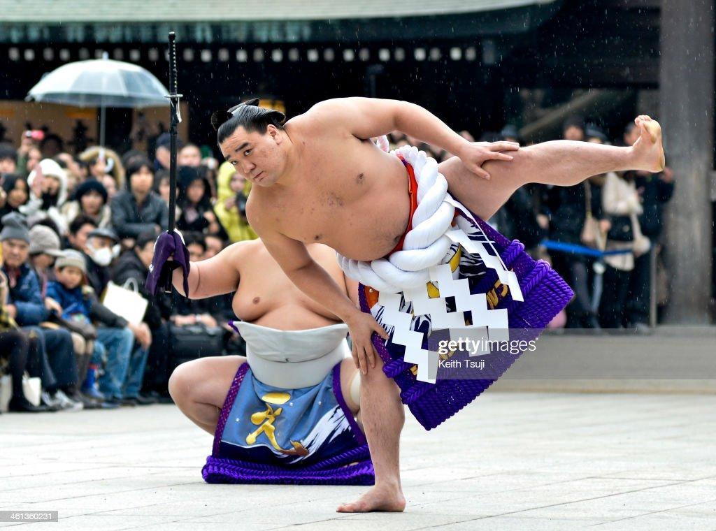 Sumo Grand Champions Celebrate The New Year