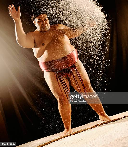 sumo wrestler preparing throwing salt - 相撲 ストックフォトと画像