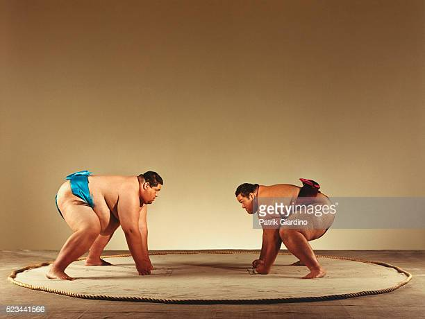 sumo wrestlers preparing to do battle - 相撲 ストックフォトと画像