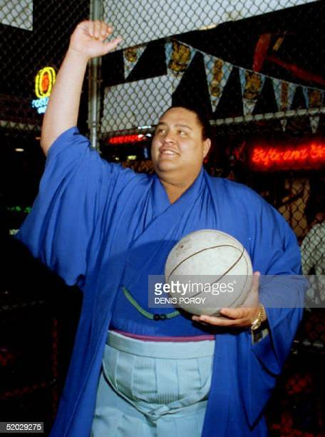 Sumo wrestling champion Akebono from Hawaii prepares to shoot baskets 04 June 1993 while visiting a sports bar in California The San Jose Sumo Basho...