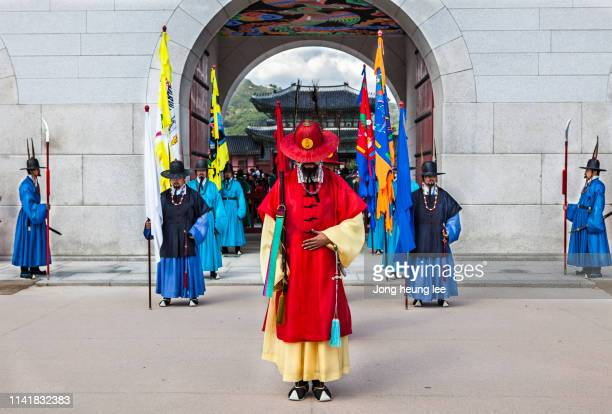 sumunjang (royal guard) changing ceremony in gyeongbok palace - jong heung lee stock pictures, royalty-free photos & images