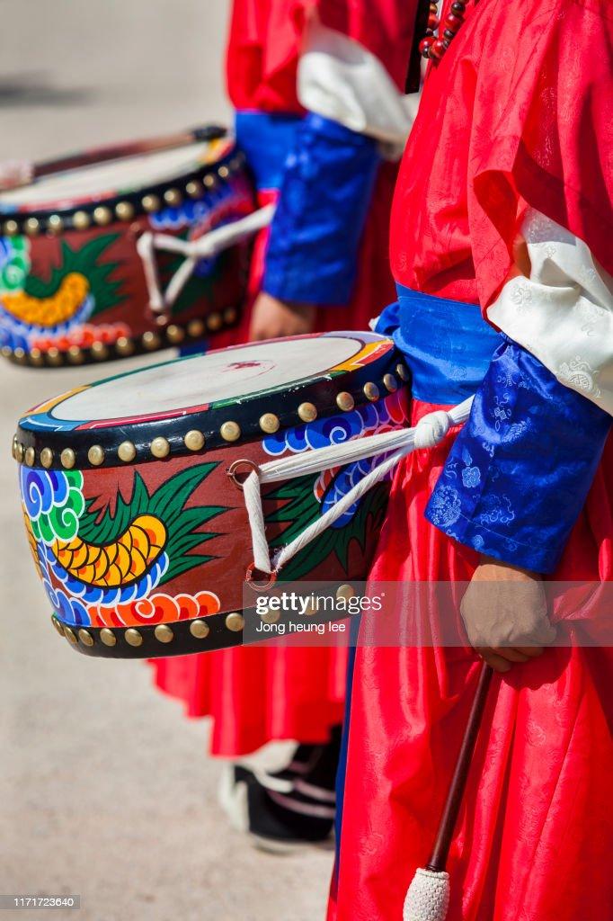 Sumunjang (Royal Guard) Changing Ceremony in Gyeongbok Palace,Hanbok, Seoul  Korea : Stock Photo