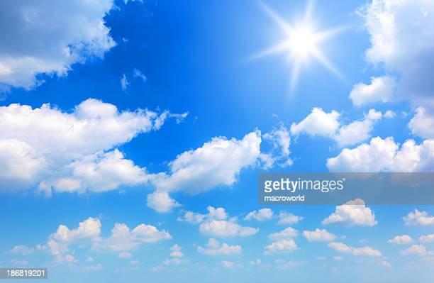 sonne und wolken - wolkenloser himmel stock-fotos und bilder