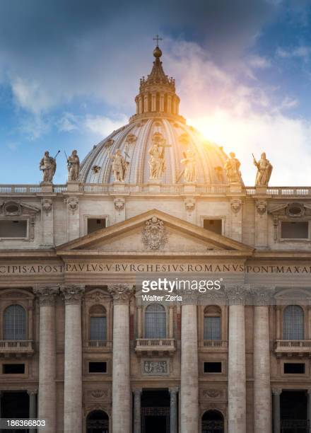 sun behind columned building, roma, vaticano, italy - vatican stock pictures, royalty-free photos & images