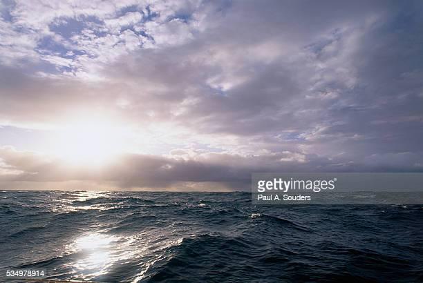 sun breaking through clouds - straat drake stockfoto's en -beelden