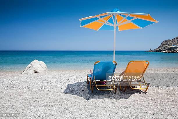 ビーチチェアとパラソルのビーチ