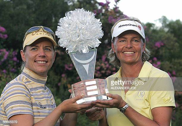 Sun City, SOUTH AFRICA: Sweden's Annika Sorenstam and Liselotte Nuemann hold their trophy after winning the second edition of Women's Golf World Cup...