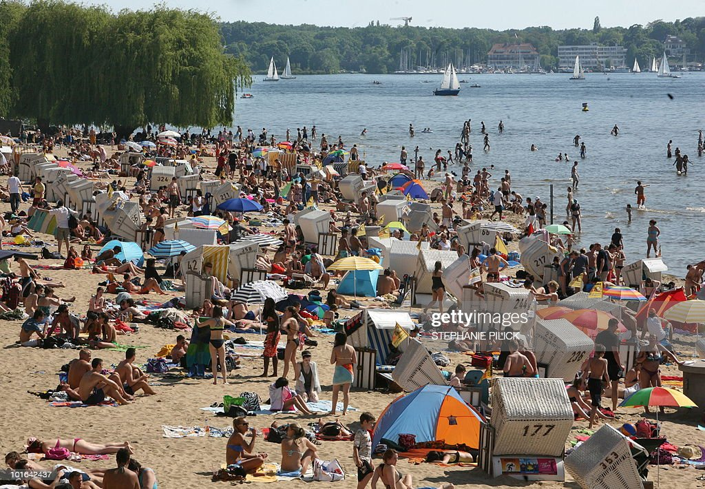 Sun enthousiasts crowd at the Wannsee lake near Berlin on June 5, 2010. Spring brought warm and sunny weather to wide parts of the country.