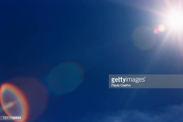 sun flare - resplandor del objetivo fotografías e imágenes de stock