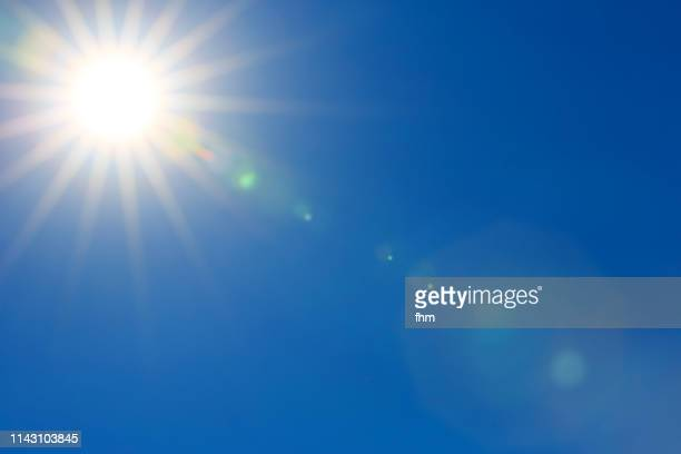 sun in the sky - zonlicht stockfoto's en -beelden