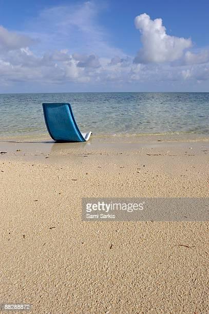 sun lounger  on tropical beach - ilha de mabul imagens e fotografias de stock