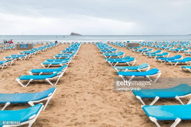 sun loungers in playa de levante beach in benidorm - benidorm foto e immagini stock