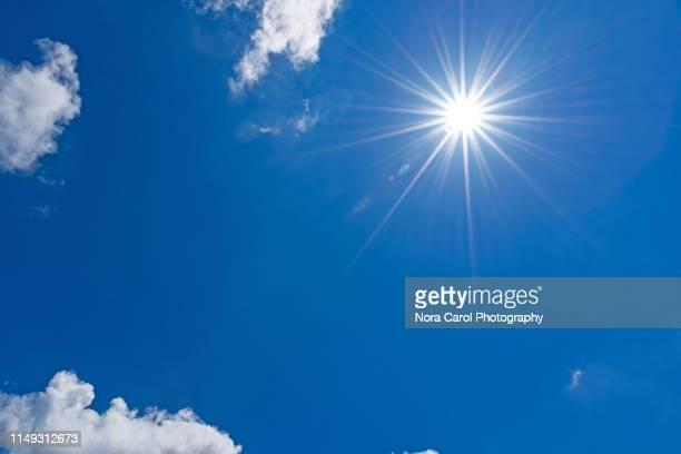 sun on blue sky with clouds - raggio di sole foto e immagini stock