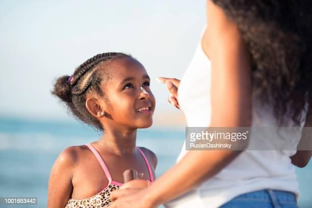 bescherming tegen de zon voor de huid van een gezond kind. - huidkanker stockfoto's en -beelden