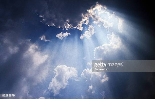 sun rays breaking through cloud - deus imagens e fotografias de stock