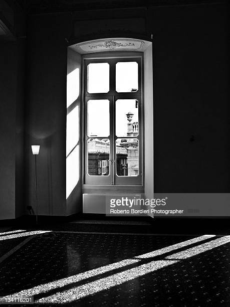 sun rays coming in house through door - roberto bordieri stockfoto's en -beelden