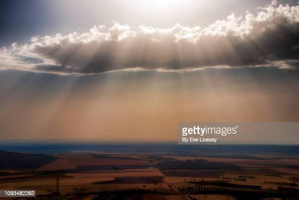 sun rays over the plain - castilla la mancha fotografías e imágenes de stock