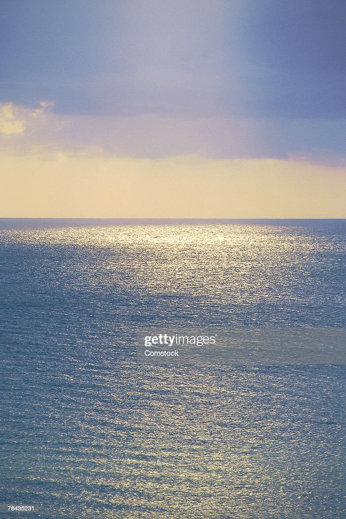Sun reflecting on calm ocean : Foto de stock