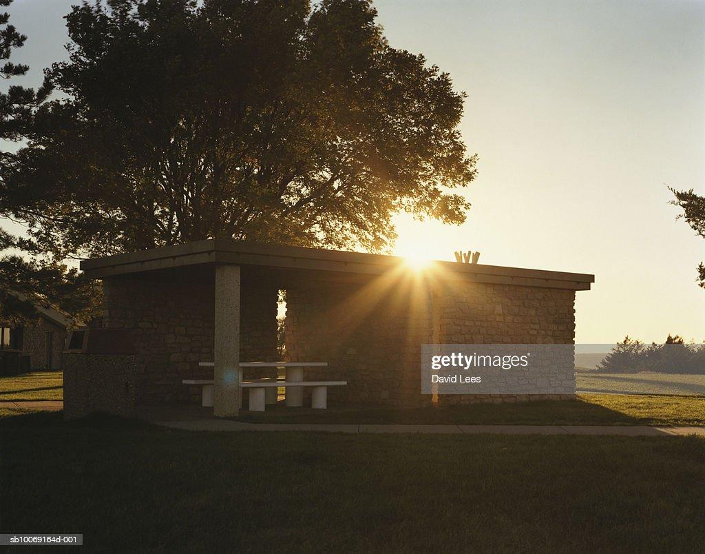 Sun rising over building : Stockfoto