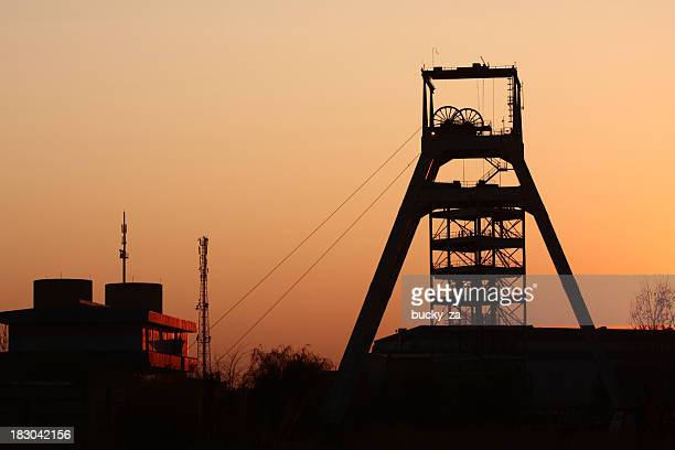sun set view of a gold mine in johannesburg , south africa - hoofddeksel stockfoto's en -beelden