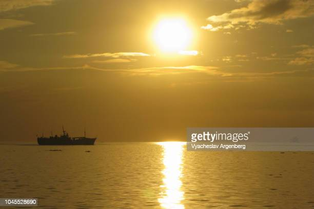 sun setting down over south china sea, manila bay, philippines - argenberg stock pictures, royalty-free photos & images