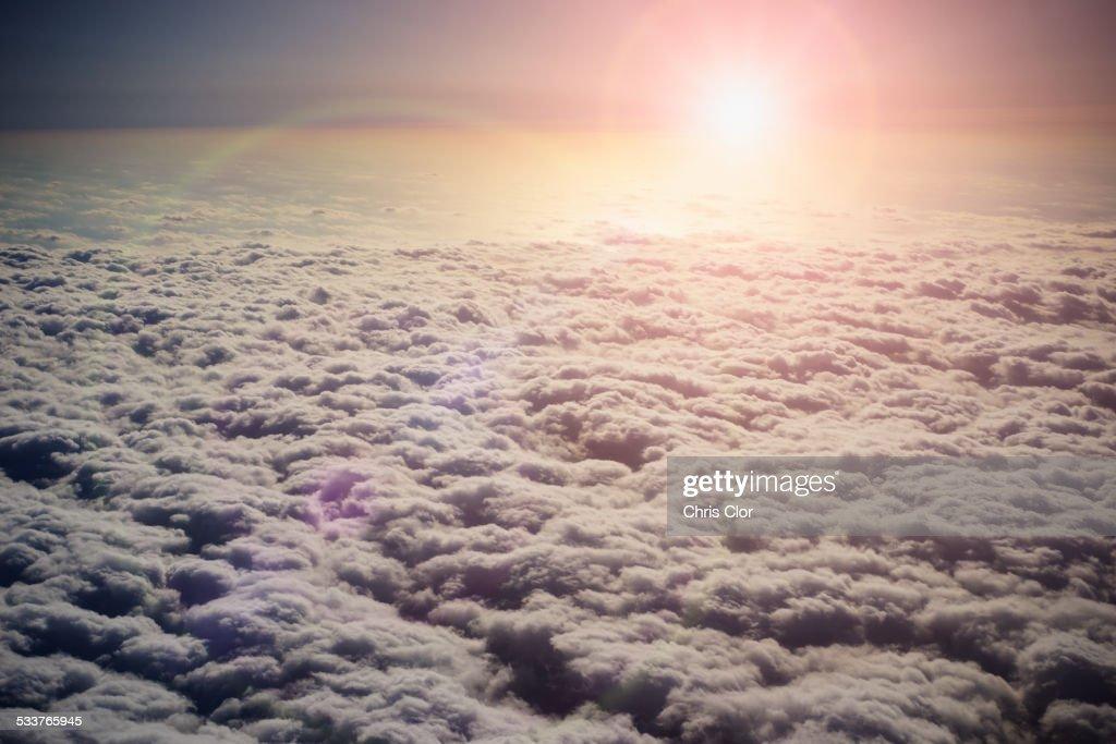 Sun shining in sky above clouds : Foto stock