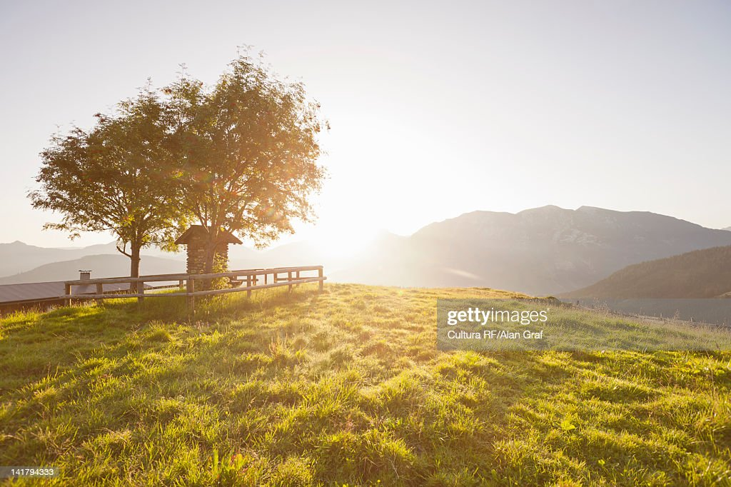 Sun shining over rural hills : Bildbanksbilder