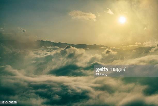 sun shining through cumulus clouds - 新潟県 ストックフォトと画像