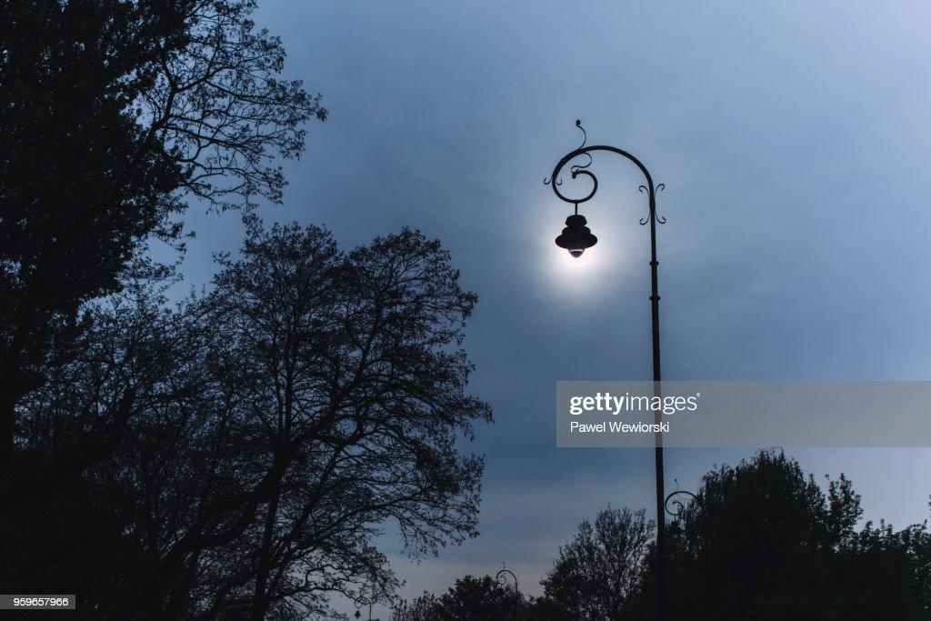 Sun shining through street lamp : Stock-Foto