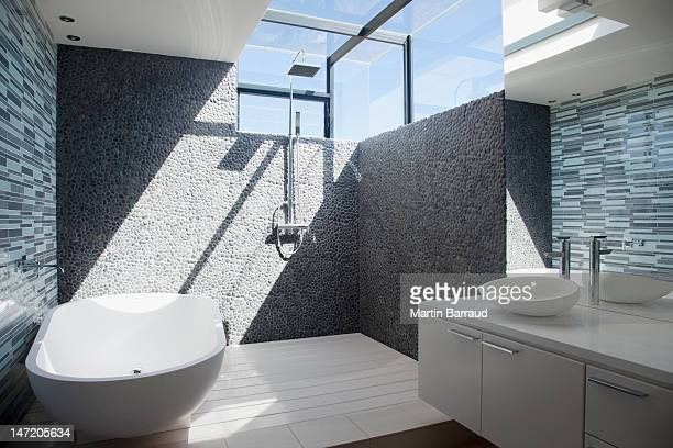 sun shining through window in modern bathroom - toilet stockfoto's en -beelden