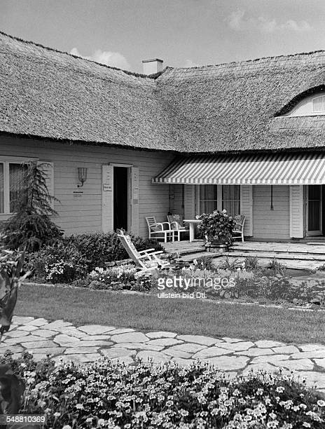 Sun terrace of a onefamily house in the 'SchlageterSiedlung' in Duesseldorf around 1937 Photographer Hedda Walther Published by 'Die Dame' 15/1937...