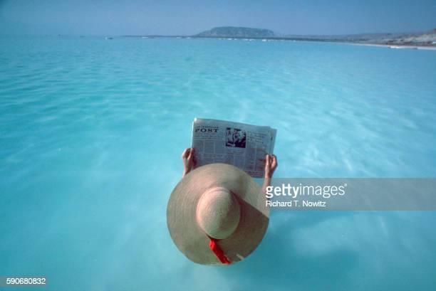 sunbather floating in the dead sea - mar muerto fotografías e imágenes de stock