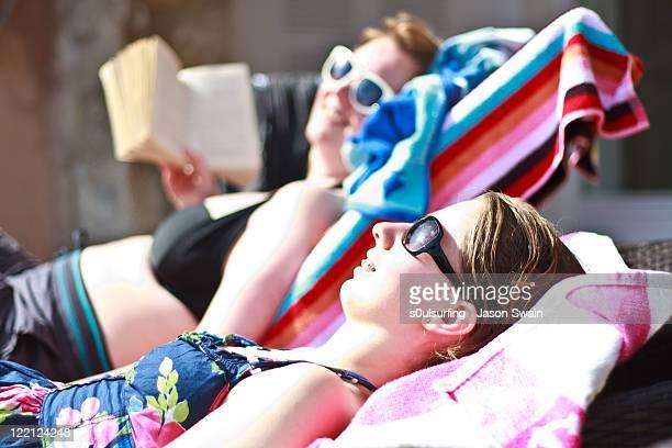 sunbathers - s0ulsurfing foto e immagini stock
