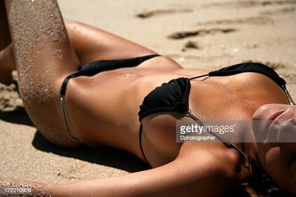 tomar el sol - pechos de mujer playa fotografías e imágenes de stock