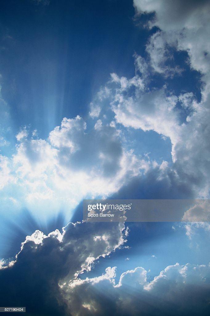 Sunbeams filtering through clouds : ストックフォト