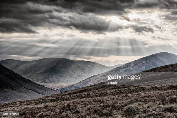 sunbeams over the arrochar alps - theasis stockfoto's en -beelden