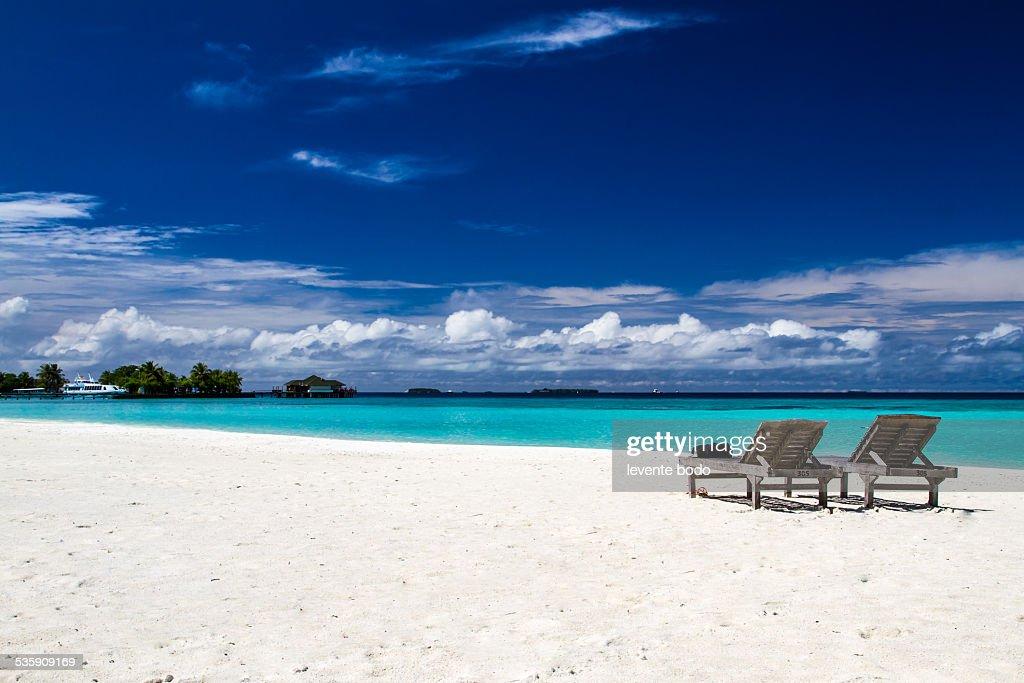 Sunbeds on a exotic beach in Maldives, concept : Foto de stock