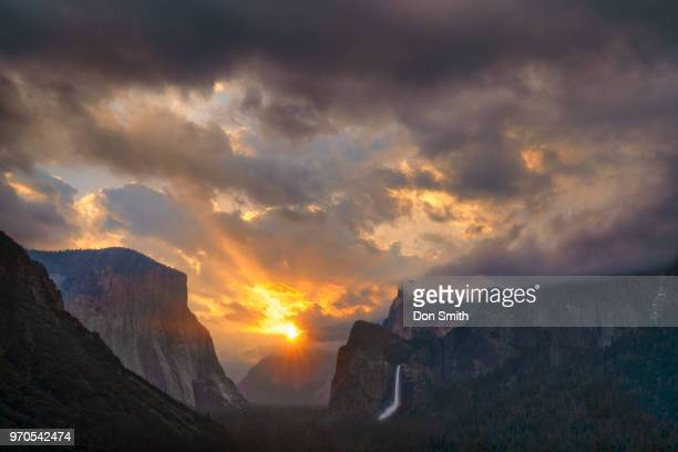 sunburst over yosemite valley - don smith imagens e fotografias de stock