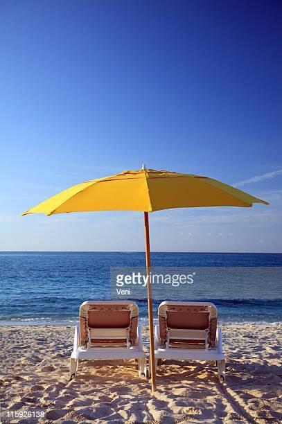 Caribean Sunchairs y sombrilla en la playa