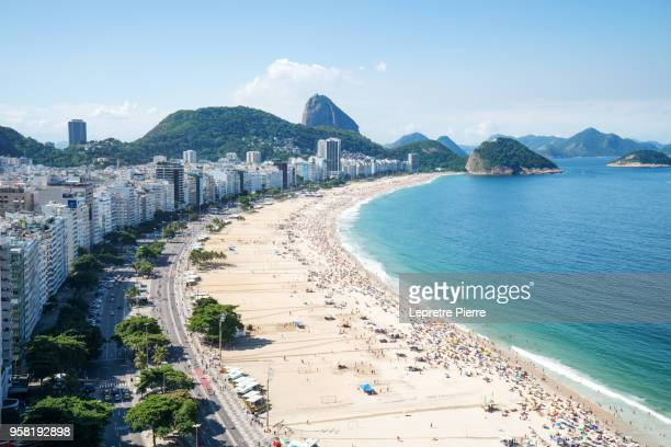 a sunday at copacabana beach - brasilien stock-fotos und bilder