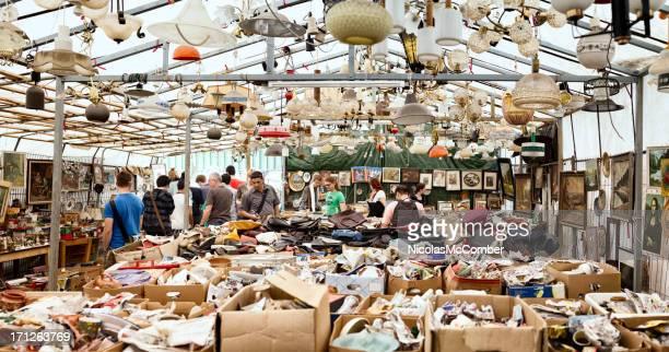 日曜日に開催されるフリーマーケットで、ベルリン mauerpark - プレンツラウアーベルグ ストックフォトと画像