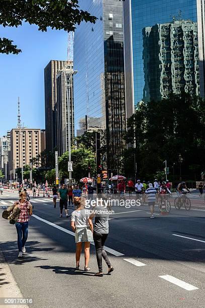 domingo na avenida paulista, são paulo, brasil - pedestre - fotografias e filmes do acervo
